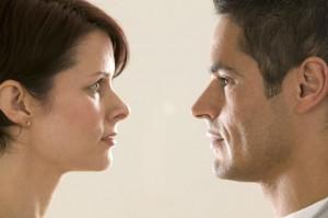 Мужчина и женщина внимательно смотрят друг на друга, думая о своих различиях