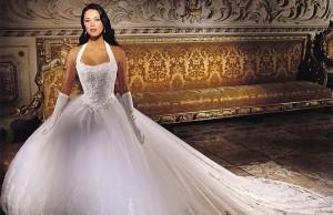 Длинное белое платье придает женственность