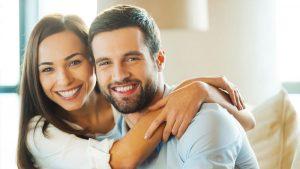 Мужчина и женщина правильно обмениваются энергией и улыбаются
