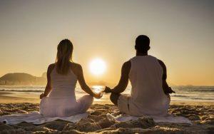Семь чакр мужчины и женщины раскрываются и балансируются во время медитации